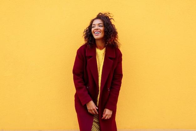 겨울 복장 및 액세서리 노란색에 포즈 유행 소녀.