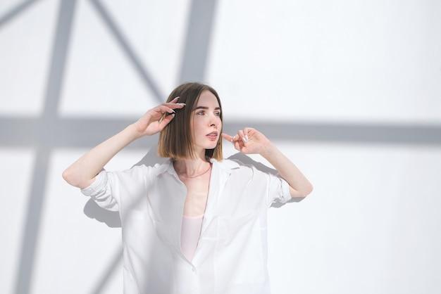 抽象的な背景が白でポーズファッショナブルな女の子