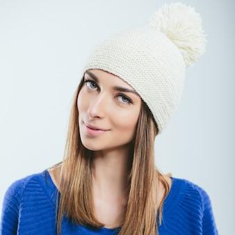 Ragazza alla moda in abiti invernali a maglia