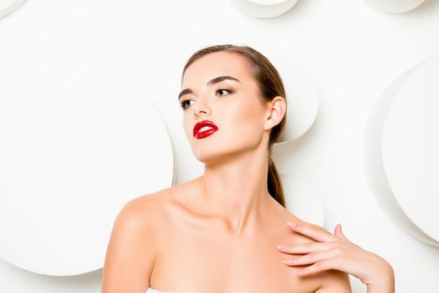 Модная гламурная женщина с красными губами