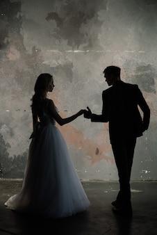 Модный жених и невеста позируют