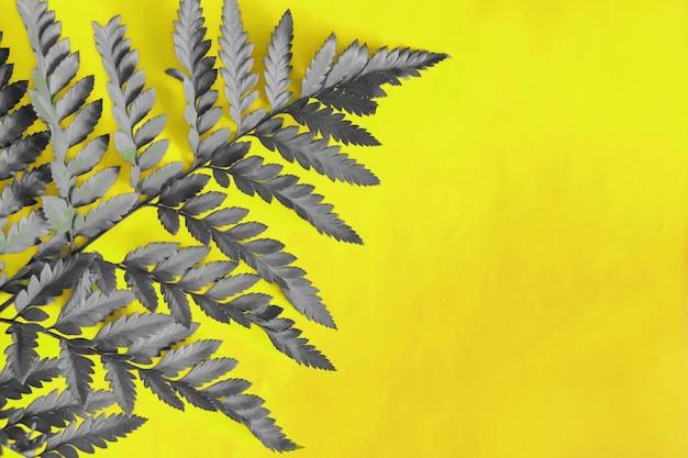 Модная подсветка с изысканной серой тропической листвой.
