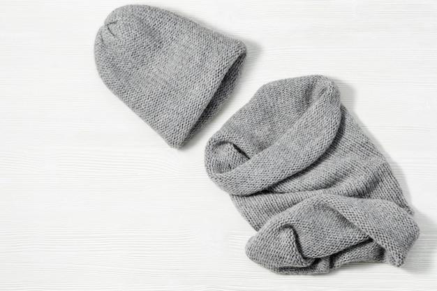 세련된 니트 의류, 따뜻한 모자 및 아늑한 부드러운 스카프 스누드