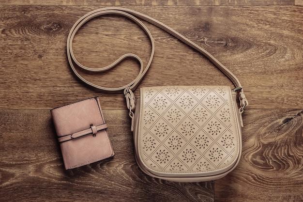 Модная кожаная сумка и кошелек в пол. вид сверху