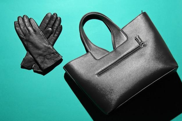 유행 가죽 가방, 파란색 배경에 장갑. 탑 뷰, 미니멀리즘