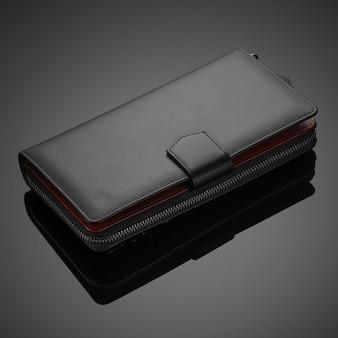 어두운 배경에 세련된 가죽 남성 지갑