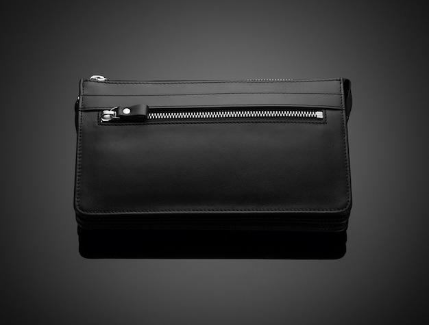 Модный кожаный мужской кошелек на темном фоне