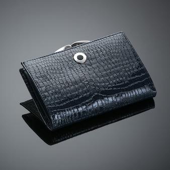 어두운 배경에 세련된 가죽 여성용 지갑