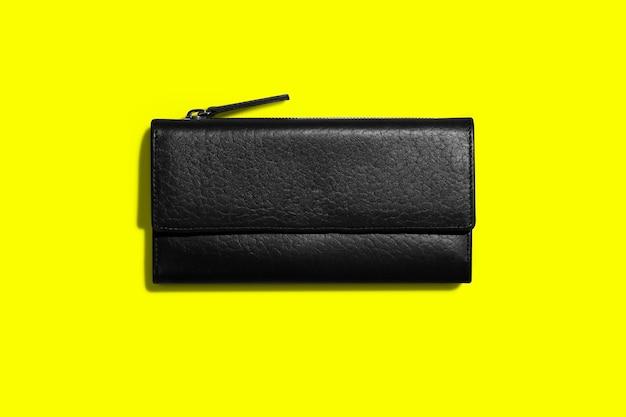 노란색 배경에 유행 가죽 여성 지갑. 텍스트 복사 공간을 추가했습니다.