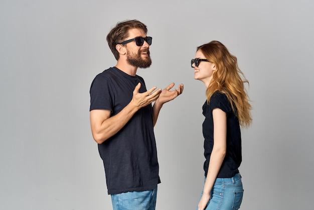 Модный мужчина и женщина дружба общение романтика в темных очках изолированный фон