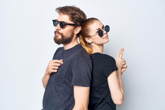 Модный мужчина и женщина дружба общение романтика в темных очках светлом фоне