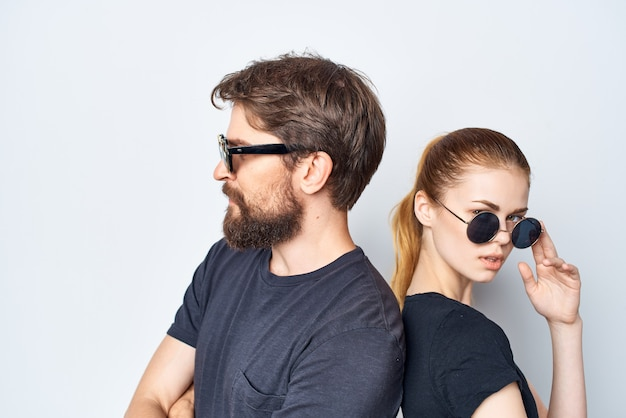 サングラススタジオライフスタイルを身に着けているファッショナブルな男性と女性の友情コミュニケーションロマンス。高品質の写真