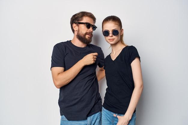 サングラススタジオライフスタイルを身に着けているファッショナブルな男性と女性の友情コミュニケーションロマンス