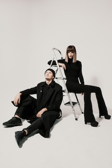 유행 남자와 여자는 계단에 앉아