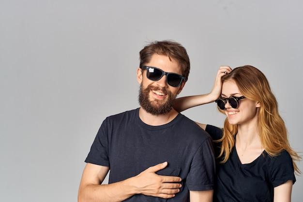 ファッションスタジオのライフスタイルをポーズして一緒に社交するファッショナブルな男性と女性。高品質の写真