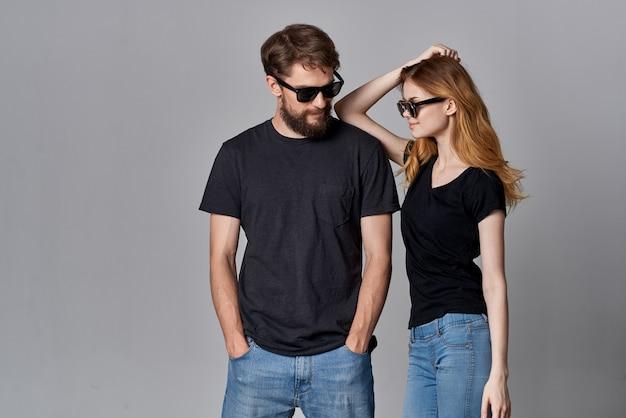 ファッションスタジオのライフスタイルをポーズして一緒に社交するファッショナブルな男性と女性