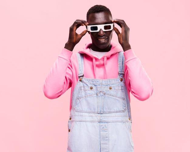 Uomo alla moda in posa con gli occhiali 3d