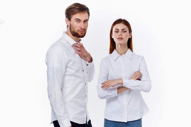 Модные мужчины и женщины в одинаковых рубашках на светлом фоне общение друзей