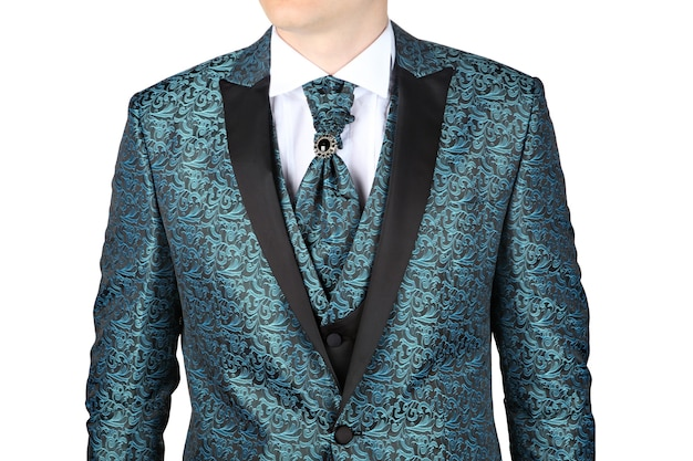 Модный мужской костюм с сине-зеленым цветочным узором, предназначенный для свадьбы или выпускного вечера, на белом фоне.