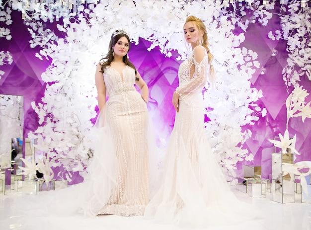 ロングブライダルドレスのファッショナブルなモデル