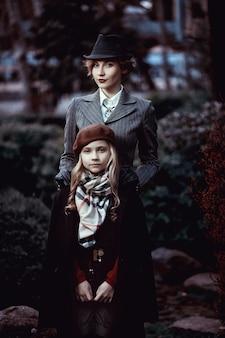 エレガントな衣装でファッショナブルな母と娘