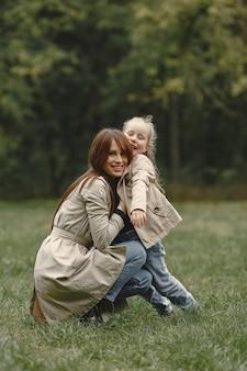 딸과 함께 유행 어머니. 사람들은 밖으로 걸어