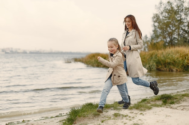 娘とファッショナブルな母。人々は外を歩く