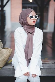 Модная мусульманская женщина в хиджабе и солнцезащитных очках