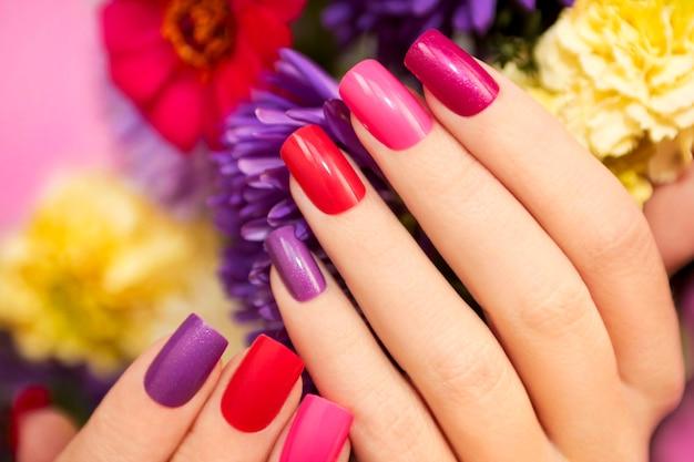 정사각형 모양의 손톱에 세련된 분홍색 매니큐어
