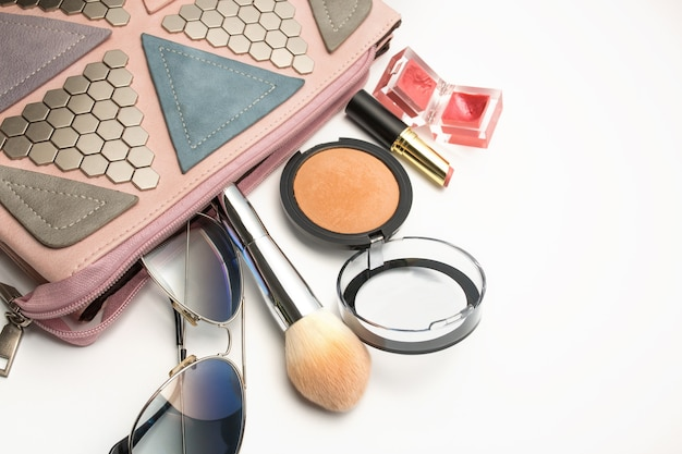 Модная розовая женская сумка с минеральной пудрой, блеском для губ, солнцезащитными очками и палитрой теней для век. место для текста
