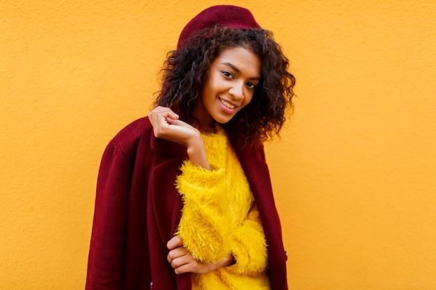 귀여운 솜털 스웨터에 우아한 여자의 유행 초상화