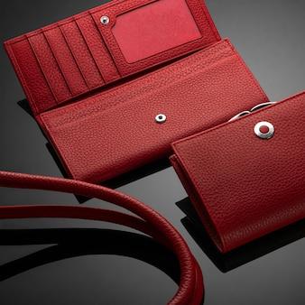 어두운 배경에 세련된 빨간색 가죽 여성용 지갑