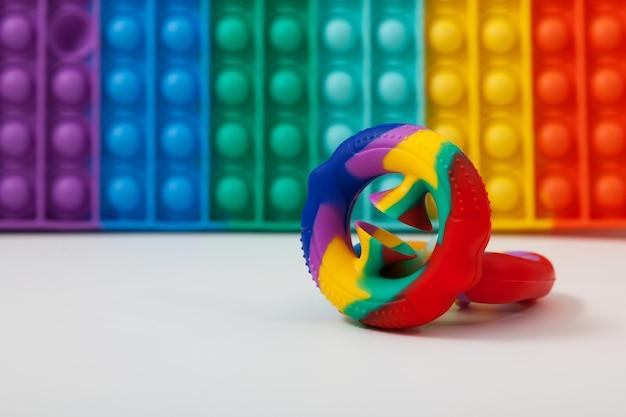 カラフルなシリコーンのおもちゃの背景にファッショナブルなゴム製教育玩具snapperzはそれをポップします