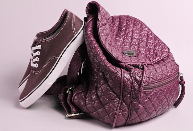 Модные кеды, кожаное портфолио розового цвета.
