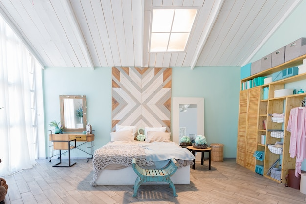 녹색, 회색 및 흰색 파스텔 색상의 세련된 디자인과 큰 창문과 장식 벽을 갖춘 세련되고 넓은 아파트입니다. 침실과 주방 공간
