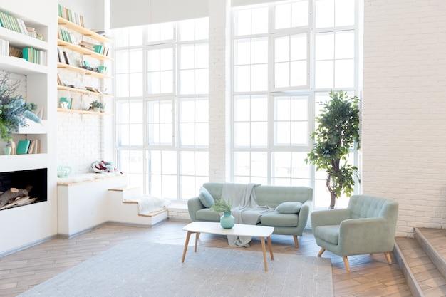 大きな窓と装飾的な壁を備えた、グリーン、グレー、ホワイトのパステルカラーのスタイリッシュなデザインのファッショナブルで広々としたアパートメントです。ベッドルームとキッチンスペース