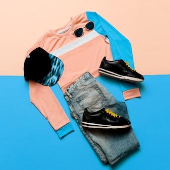 ファッショナブルなスポーツジャケットとジーンズ。スニーカーヒップスター。パステル夏のトレンド。アーバンスタイルストリート衣装