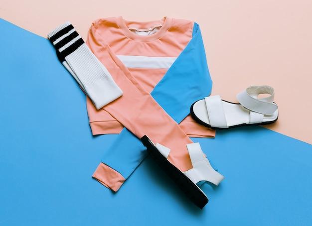ファッショナブルなスポーツジャケットとサンダル。流行に敏感な靴下。パステル夏のトレンド。アーバンスタイルストリート衣装