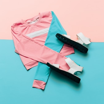 ファッショナブルなスポーツジャケットとサンダル。パステル夏のトレンド。アーバンスタイルストリート衣装