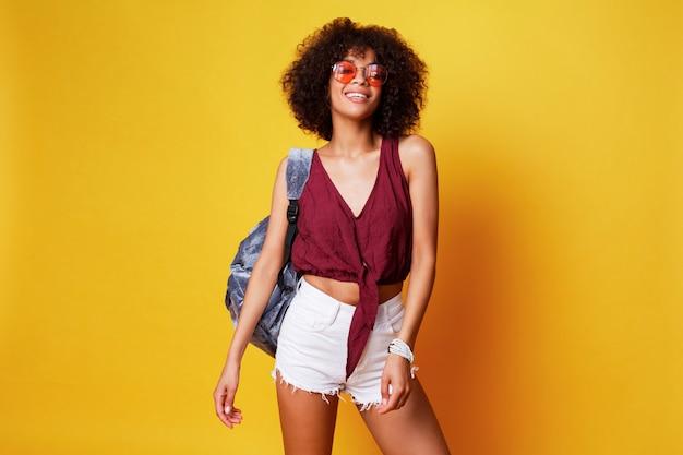 Модный студийный образ сексуальной изящной черной девушки с волосами афро.