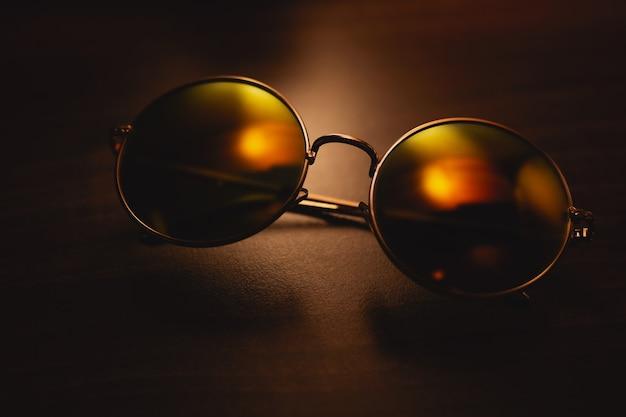暗い背景にファッショナブルなサングラス