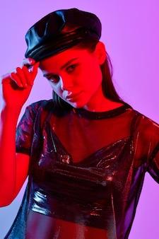ファッショナブルな女性の魅力ディスコナイトクラブ紫の背景