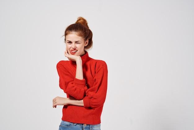 Модная женщина жест рукой светлый фон