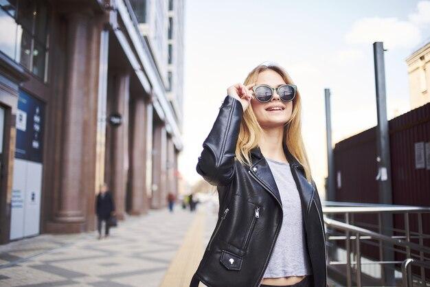 革のジャケットのファッショナブルな女性