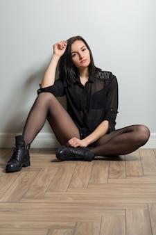 다리와 세련된 가죽 부츠에 검은 스타킹 유행 여자