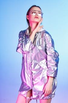 シルバージャケットパーティーの贅沢なライフスタイルのファッショナブルな女性