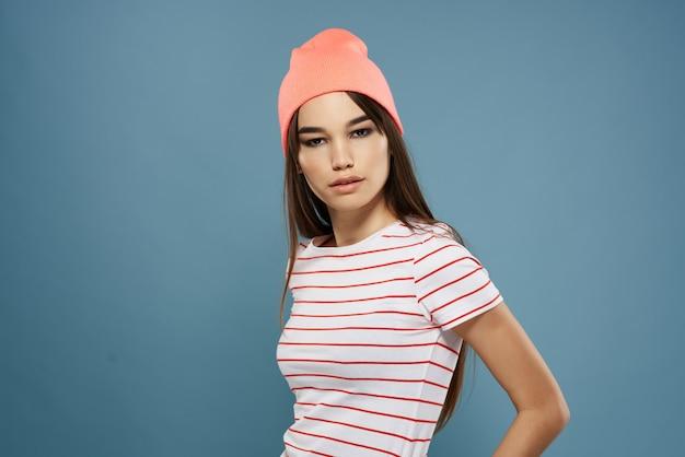Модная женщина в полосатой футболке в современном стиле летней одежды