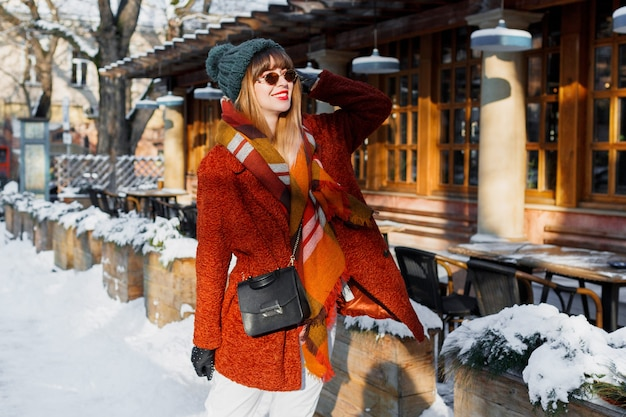 街を歩くスタイリッシュな冬の服装でファッショナブルな女性
