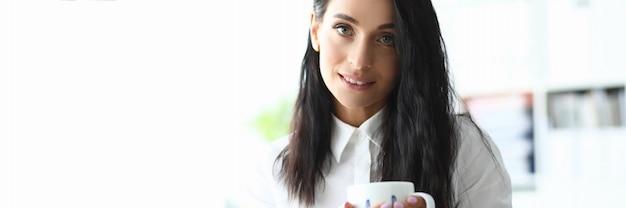 유행 여자는 사무실과 커피를 마시는