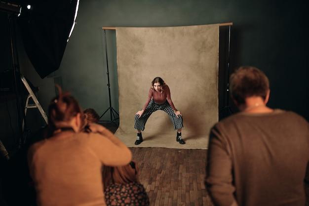 モデル写真のプロのポーズをとるファッショナブルな女性